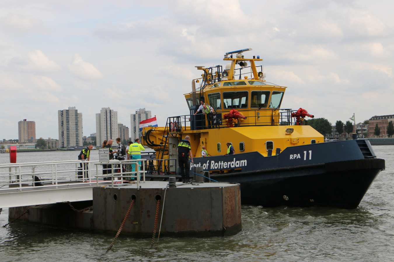 Na een aanvaring tussen een snelle rubberboot en een houten sloep is één dode gevallen.
