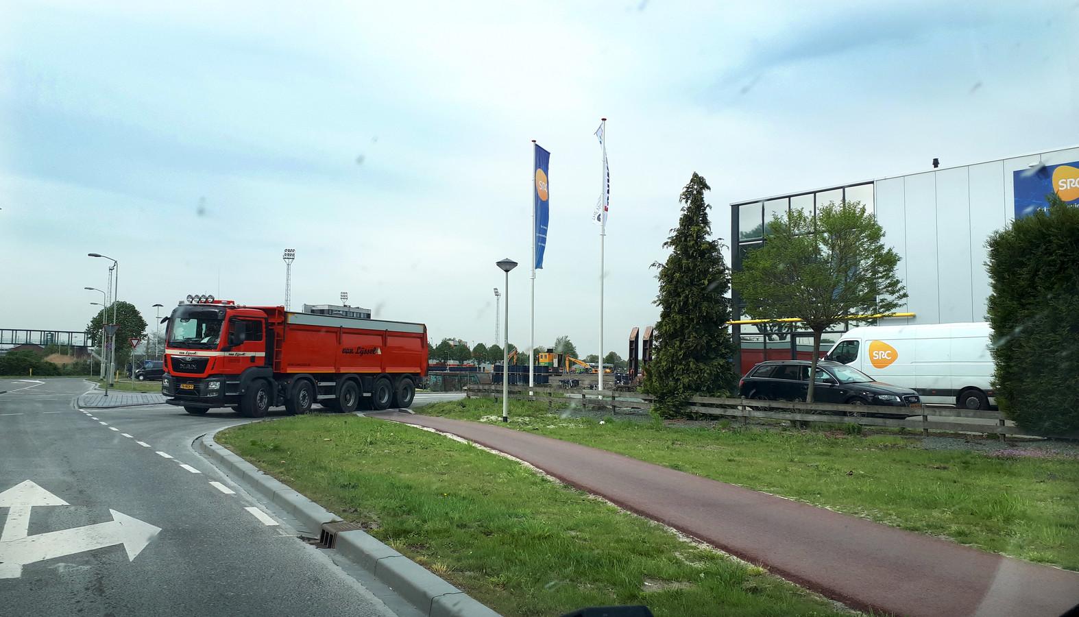 Vrachtwagens rijden af en aan voor de bouw van het logistiek centrum op de Borchwerf. Foto Alfred de Bruin