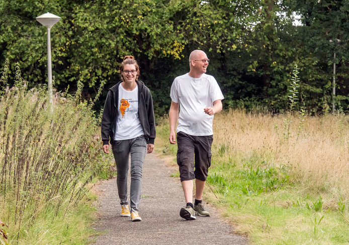 Anouk Pool en Tim Saalbrink maken zich op voor hun wandeltocht van 1135 kilometer langs de hoofdsteden van de twaalf provincies om aandacht te vragen voor mensen met psychische problemen. Ze starten maandag in Ermelo.