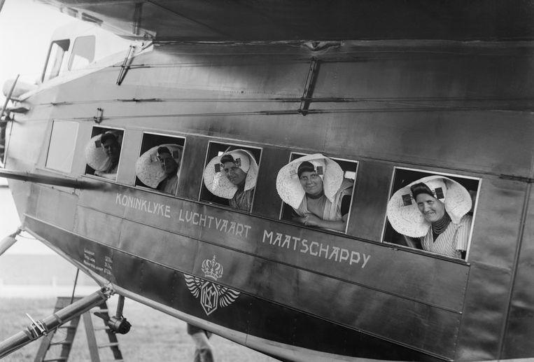 Zeeuwse meisjes in een Fokker F.IX, rond 1931.    Beeld Eduard de Kam KLM Foto historisch Archief/MAI