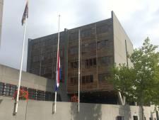 Vlaggen bij rechtbank en stadskantoor Middelburg halfstok voor vermoorde advocaat Derk Wiersum
