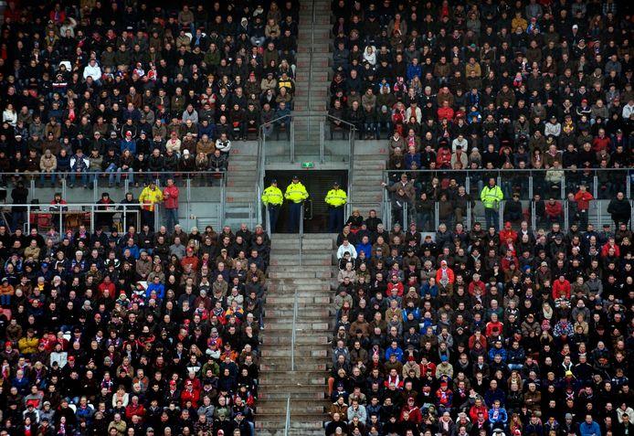 Politie bij een voetbalwedstrijd: mag best wat minder, vindt burgemeester Jac Klijs van de gemeente Moerdijk.