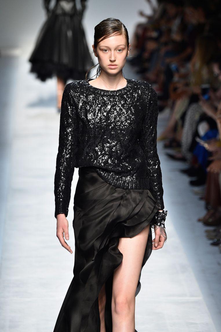 Een model loopt op de catwalk tijdens de Ermanno Scervino show in de Fashion Week van Milaan. Beeld Getty Images