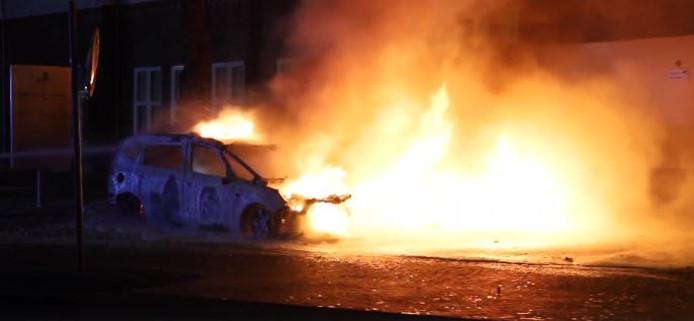 Drie auto's gingen vannacht in vlammen op.