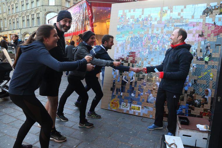 De Flac-atleten haastten zich van het Astridpark naar de markt om de puzzel af te krijgen.