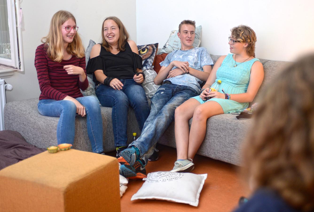 vlnr. Nienke, Janske, Tommy en Frannie, in de Join Us huiskamer boven jongerencentrum de kluis aan de Noordkade te Veghel. Foto uit 2016