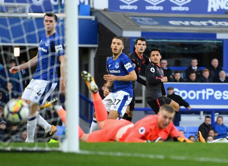 Alexis Sanchez scoort de vijfde goal voor Arsenal in Everton.