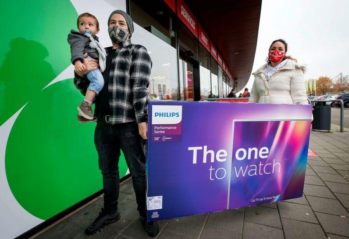 BREDA, Damian Skarabee met vrouw en kind en neiuwe tv. Foto: Pix4Profs/Joyce van Belkom
