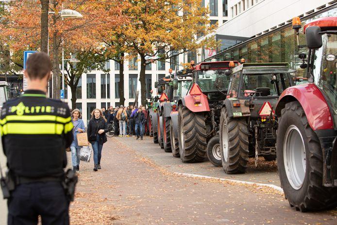 Boeren voeren vrijdag met succes actie bij het hoofdkantoor van Friesland Campina in Amersfoort. Zo'n 25 trekkers en een truck blokkeerden de hoofdingang.
