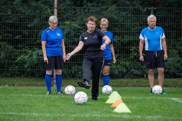 Walking football: ook in Steenwijk te spelen.