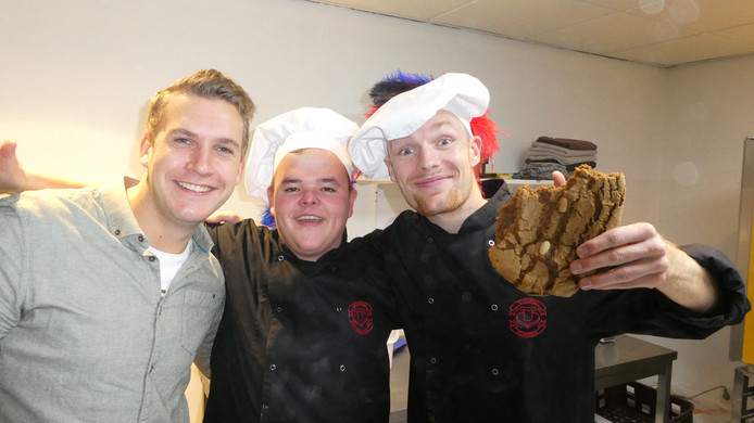 Vlnr: Bas Baas, Gijs Ruhof en Enzo Knol genieten van het  in Almelo zelf gebakken speculaas.