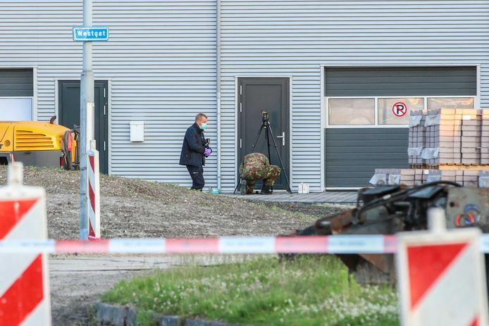 De EOD heeft een explosief onschadelijk gemaakt dat was gevonden op een industrieterrein in Urk. Het zat in een tas die aan een deur van een bedrijfspand hing.