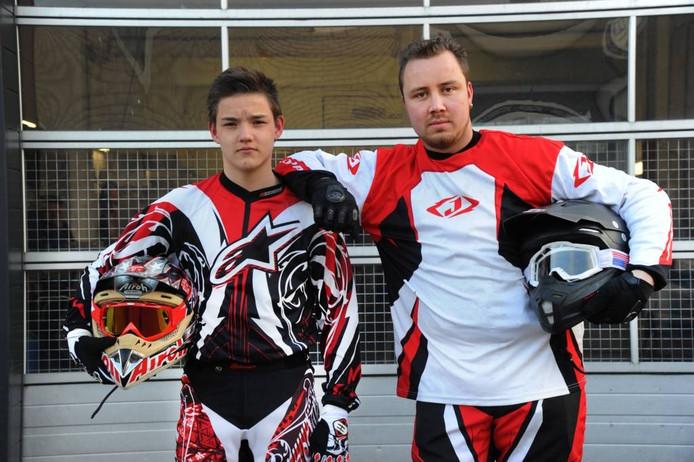 Mike Meedendorp en Jeffrey Poppe voor de garage waaruit de motoren werden gestolen.
