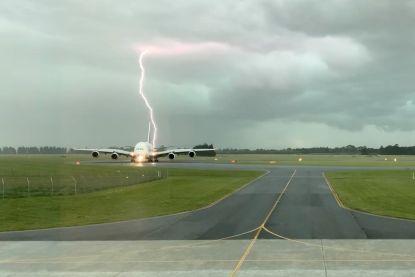 FOTO. Bliksem slaat in naast klaarstaand vliegtuig