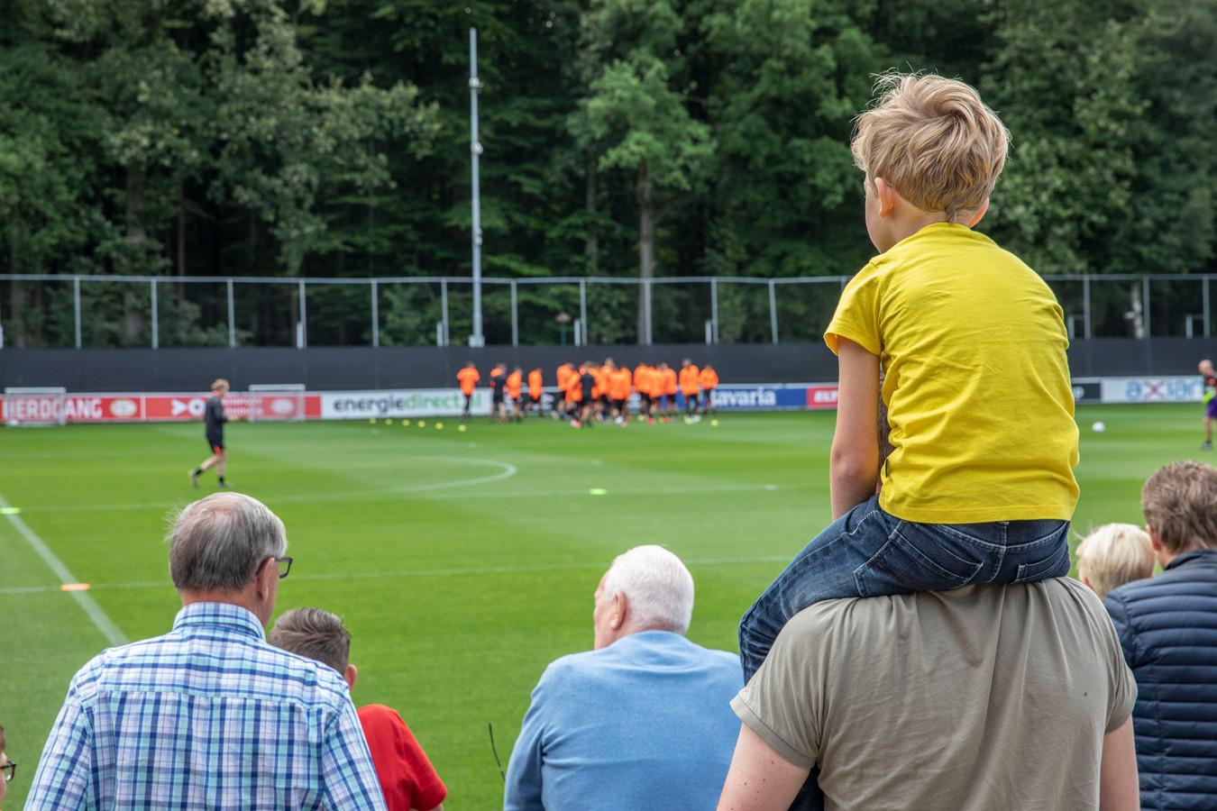 Training PSV met toekijkende supporters  Eindhoven