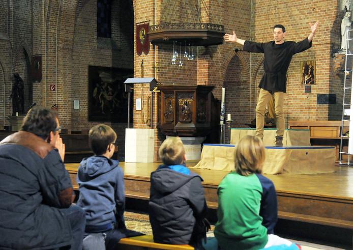 Geert van den Broecke vermaakt het publiek in de kerk.