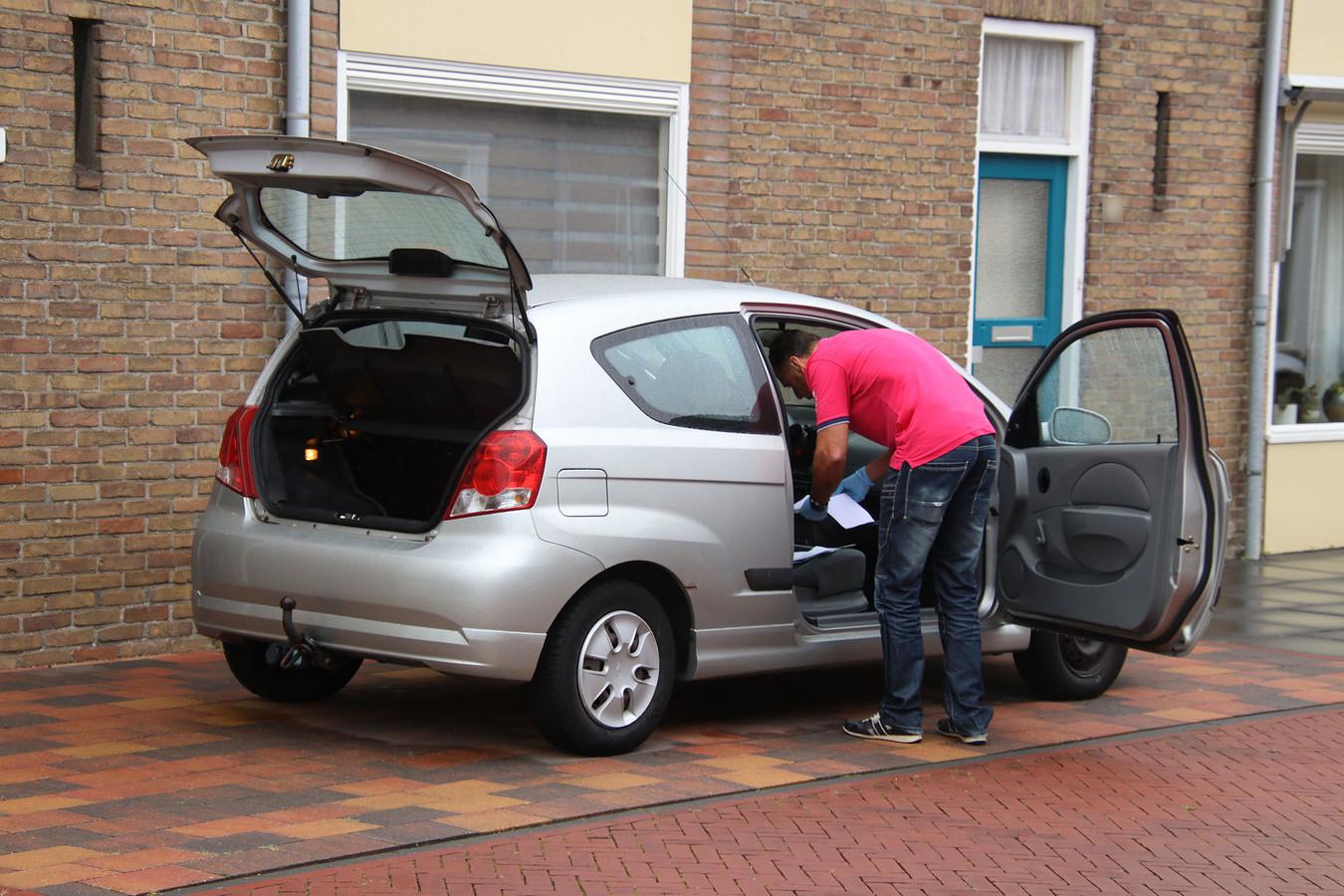 De auto van de Goesenaar wordt doorzocht.