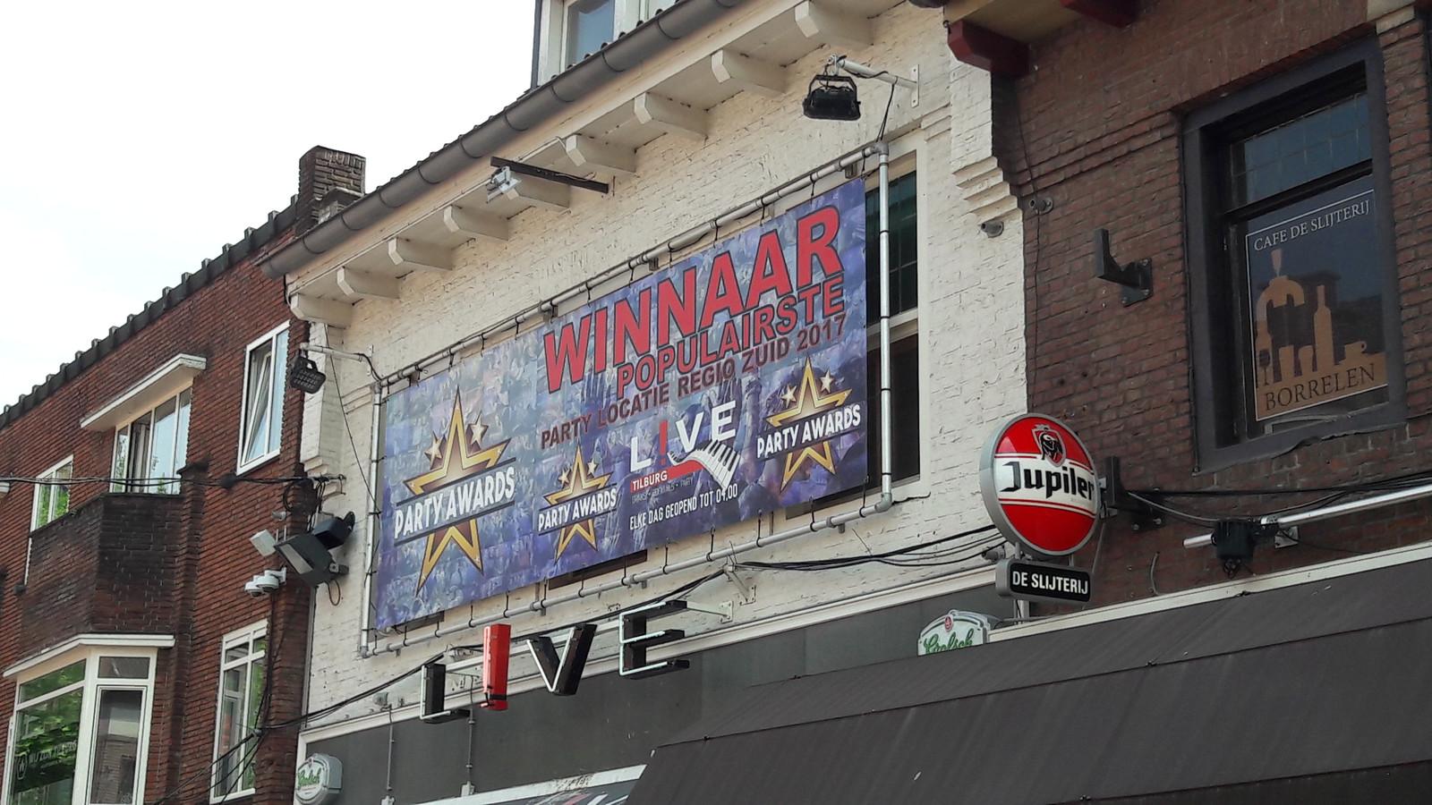 Grote geveldoeken: goedkoop, snel opgehangen, maar 'een aantasting van het rijksbeschermd Stadsgezicht', vinden Heemkundekring Tilborch en het Cuypersgenootschap.