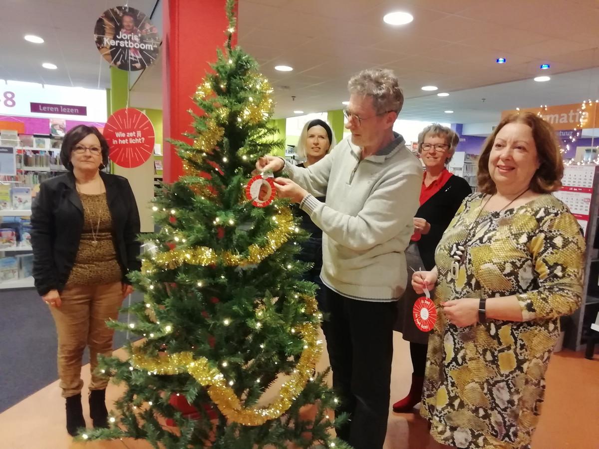 Eerste, symbolische kerstboom in Joris' Kerstboom in bieb Oud-Beijerland, ter nagedachtenis aan overleden collega Rida van Kints.