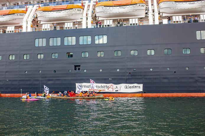 De actievoerders bij het cruiseschip de Zuiderdam.