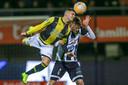 Bryan Linssen (links) in duel met Dario van den Buijs van Heracles Almelo.