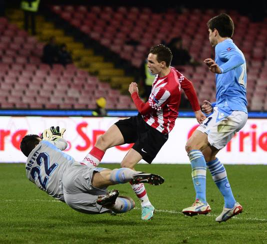 Tim Matavz scoort voor PSV tegen Napoli op 6 december  2012 in het San Paolo Stadium.
