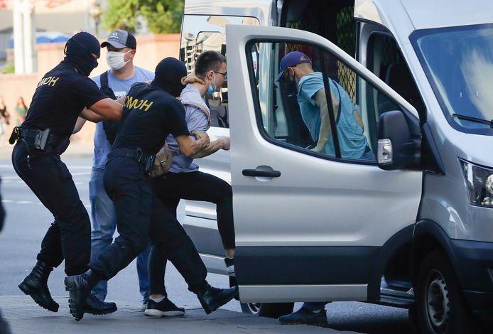 Zaterdagavond werden minstens tien burgers die in de hoofdstad Minsk tegen de huidige president betoogden, gearresteerd.