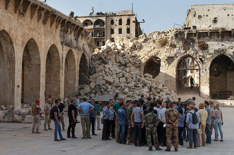 Journalisten tijdens een perstour in Aleppo. Beeld AFP