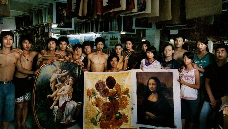 Beeld uit de film China's Van Goghs. De schilders in Dafen moeten om rond te komen elk twintig reproducties per dag maken. Beeld