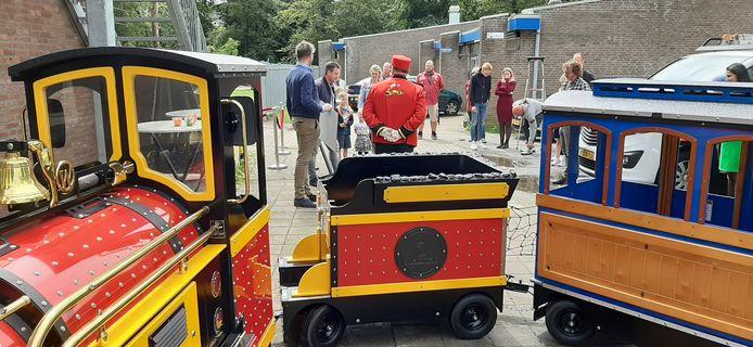 De trein stopte bij het nieuwe kindcentrum De Blokkentrein. Bij de machinist staan de twee initiatiefnemers Ewout van den Berg en Johan Bosters.