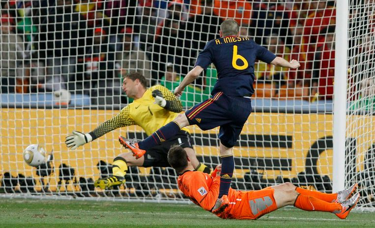 Andres Iniesta scoort de winnende treffer in de WK-finale van 2010. Beeld reuters