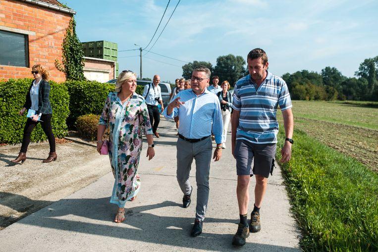 Minister van Landbouw, Koen Van den Heuvel (CD&V) en Hilde Vautmans (Open VLD) bezoeken landbouwer Luc Borgugnons die schade leed door de aanhoudende hitte. Zijn appels zijn om weg te gooien vanwege zonnebrand.