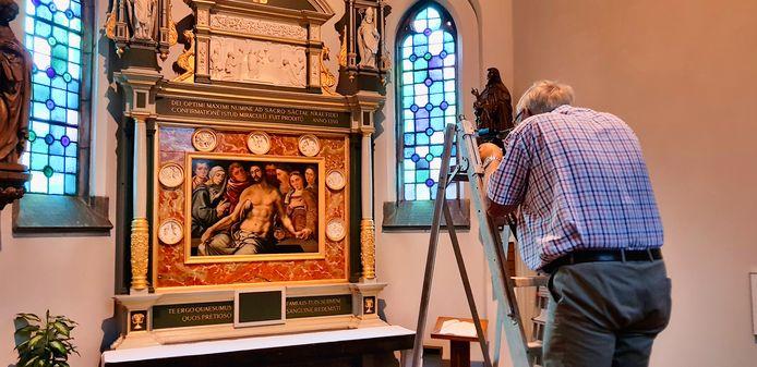 Fotograaf Rini van Oirschot uit Boxtel heeft een hele ochtend in de kapel van kasteel Stapelen gewerkt om het altaarstuk goed op de foto te krijgen.