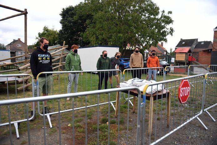 Frieten en hamburgers voor de scouts van Nederokkerzeel in quarantaine. Morgen ondergaan ze een nieuwe coronatest.