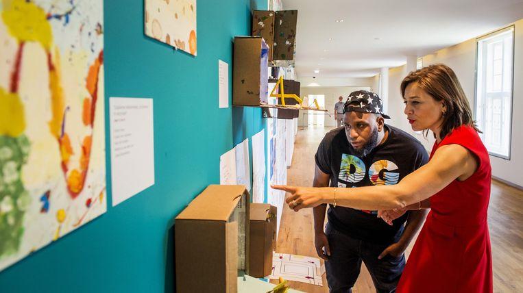 Cathelijne Broers bekijkt met rapper Willie Wartaal de expositie Hermitage voor Kinderen, 2014. Beeld anp