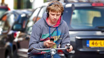 Nederland verbiedt gsm-gebruik bij alle voertuigen, ook op de fiets