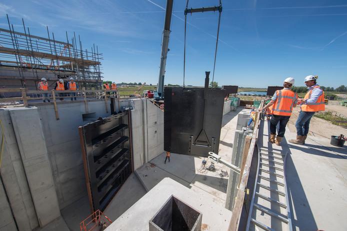 Pleziervaart mag vanaf 1 april 2019 Het Reevediep op. Om het verschil in waterstand tussen bypass en IJssel te overbruggen, is bij Kampen een sluis gebouwd. Op de foto worden in 2017 de sluisdeuren geplaatst. De bypass heeft wel een open verbinding met het Drontermeer. Alleen mag hier (nog) niet worden gevaren om zeldzame vogels te beschermen.