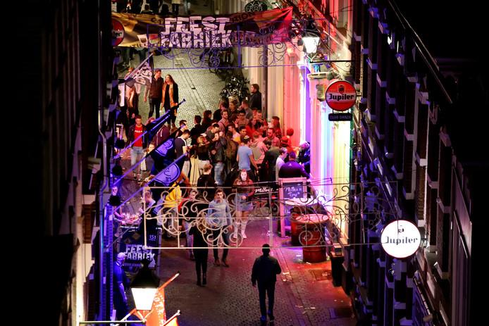 Stappen op zaterdavond in centrum Breda. Stappers in de Visserstraat.