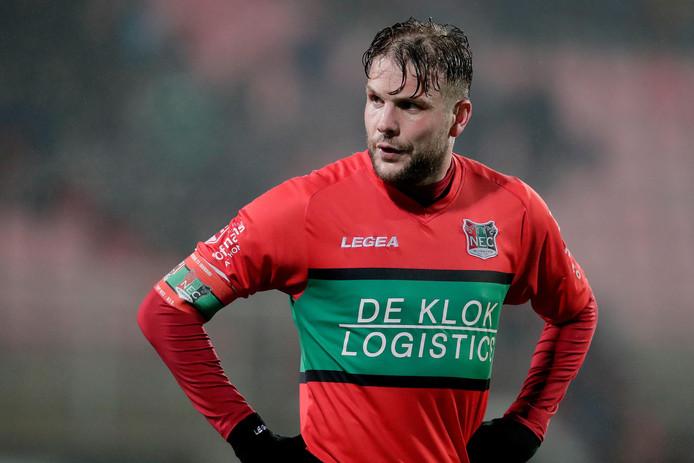 Joey van den Berg droeg tot zijn schorsing van drie duels de aanvoerdersband bij NEC.