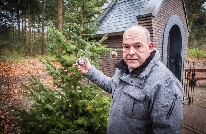 Richard Meeussen van 't Zwaantje in Mook heeft een kerstboom geplaatst bij de Kapel aan de Bisseltsebaan. Mensen kunnen hier een kerstbal met een wens of foto van een dierbare in ophangen.