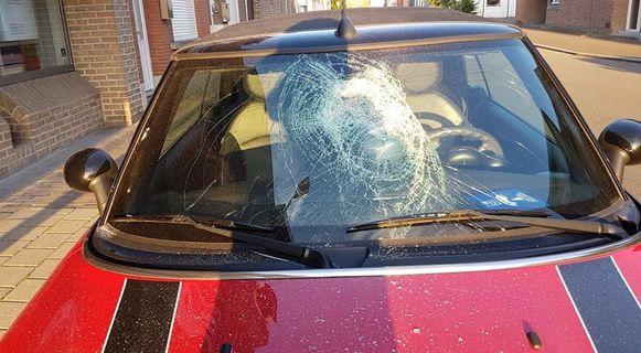 Eén week na het vandalisme aan het voertuig van haar man, overkwam Joke Debrouwer hetzelfde: de voorruit van haar Mini Cooper moest er aan geloven.