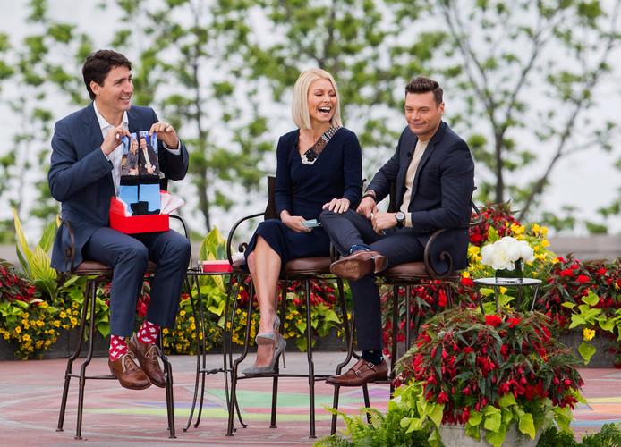 Tijdens een tv-interview, waar Trudeau sokken met de vlag van Canada draagt, krijgt hij ook een bijzonder paar sokken.