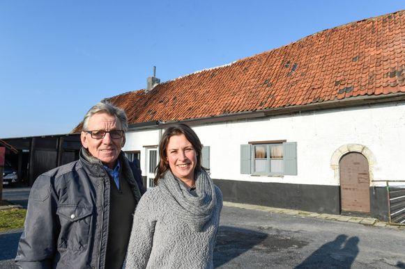 Frans Van Looy met zijn vriendin voor zijn geboortehuis 'De Boerenschuur' in Merksem.