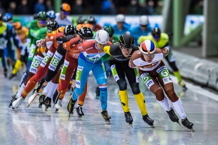 Het marathonpeloton eerder in actie op het Enschedese kunstijs. Met voorop (65) Mart Bruggink uit Tubbergen.