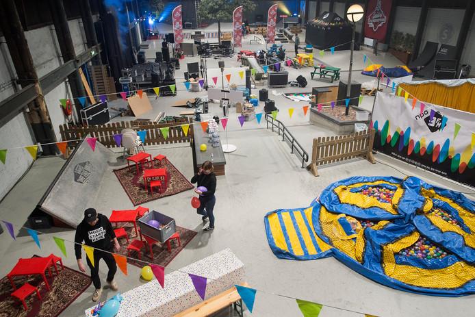Pix4Profs-Ron Magielse skatehal van pier 15 wordt omgebouwd tot mini-festivalterrein vanwege de grote onderwijsstaking in den haag.