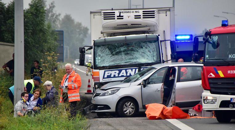 De truck liep zware schade op, maar de chauffeur bleef ongedeerd. De bestuurder van de Opel Combo uit Heule (links) raakte lichtgewond en kreeg een nekkraag.