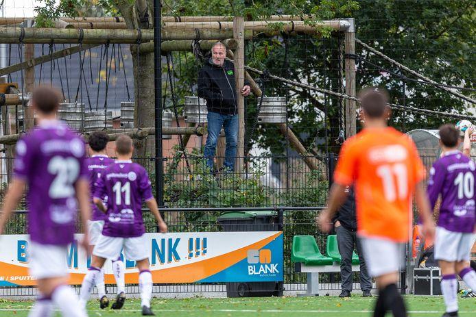 Het sportpark is dicht voor publiek, maar een inwoner van Engelen probeert de plaatselijke FC toch aan het werk te zien tegen Alem.