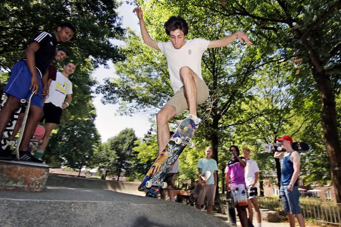 Skater Laurens McLaughlin in actie op skatebaan de Bussel.