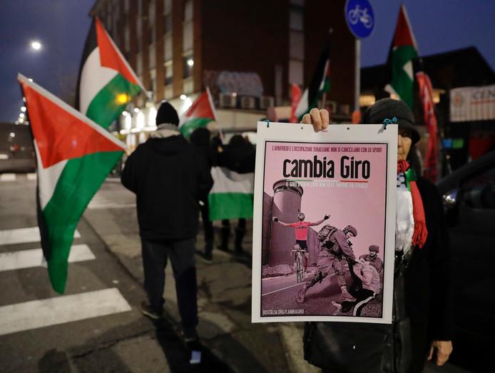 Een groepje demonstranten met Palestijnse vlaggen protesteert tegen de Giro in Israël.