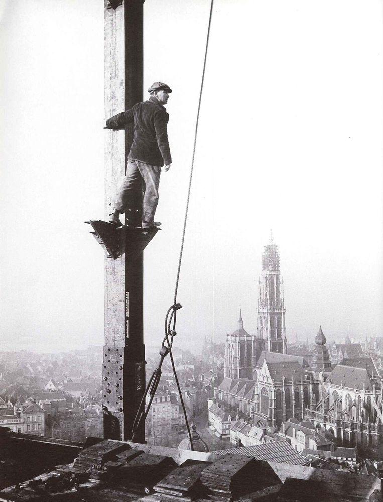 Een arbeider op het stalen gebinte, circa 1900.
